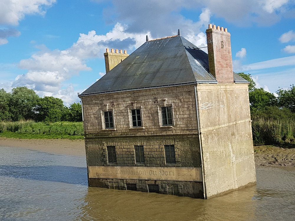 Installazione lungo l'Estuario della Loira - casa immersa nella Loira