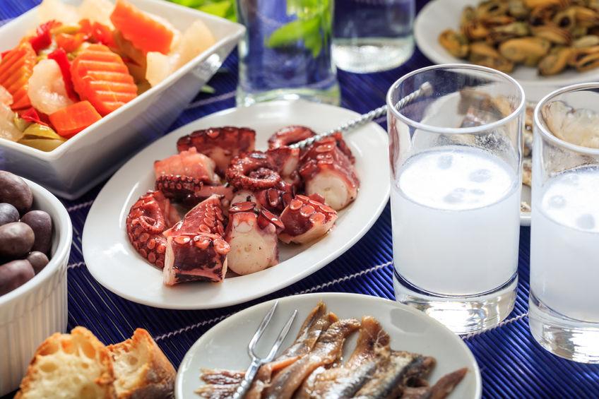 Ouzo e mezedes serviti nelle ouzerie greche