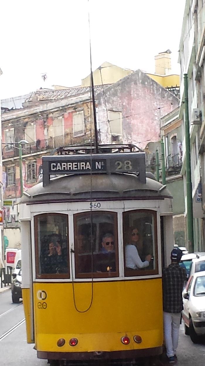 Lisbona: tram storico n. 28