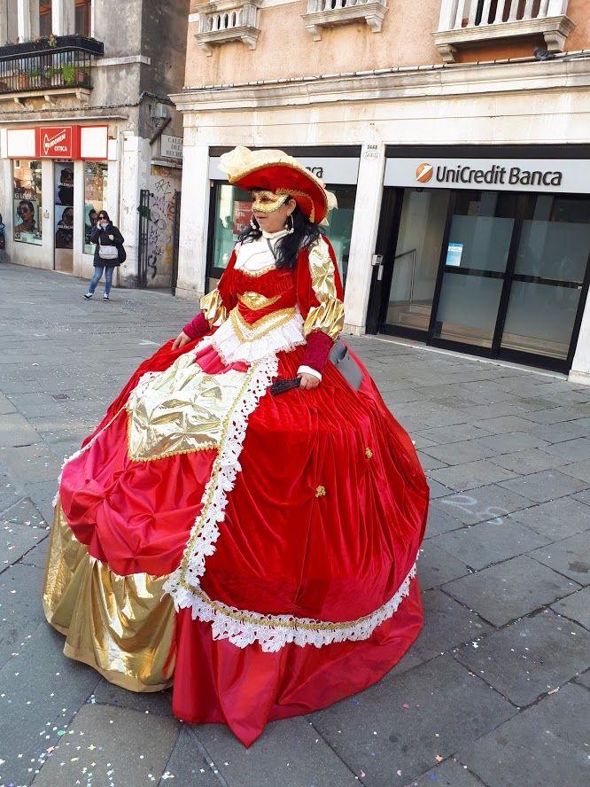 Turista in abito d'epoca a Venezia