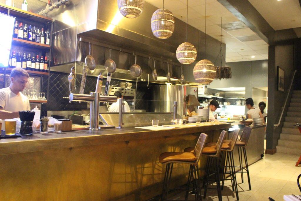 Trattoria ristorante The Alley, Miami South Beach - il bancone e il lato cucina