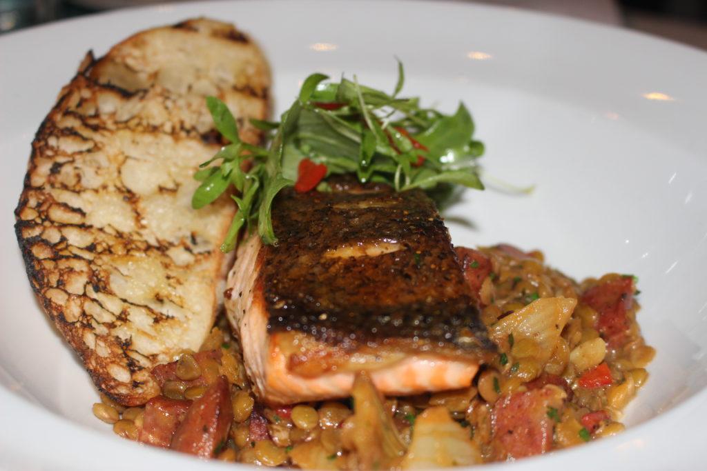 salmone salmone su letto di legumi e pancetta - Deck sixteen, Miami