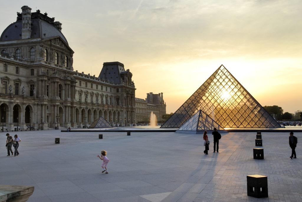 La piramide del Louvre a Parigi
