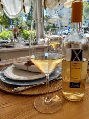 Fano_ristorante Cile's_sala da pranzo_bicchiere vino Passerina
