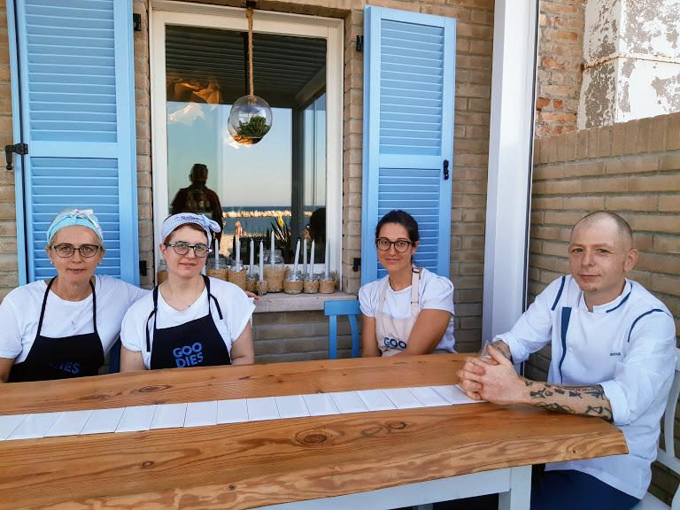 il team di da Goodies con gli chef Carolina e Alessandro Verna, ristorante a Fano