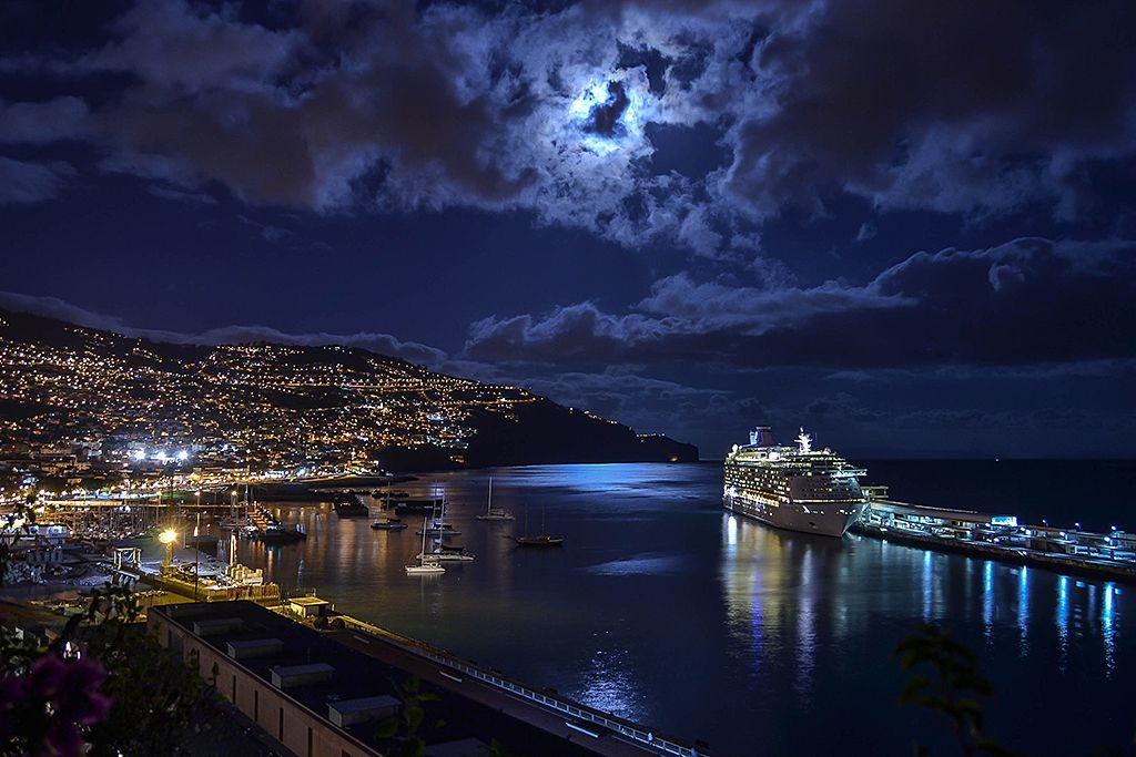 Madeira Clean & Safe_ baia di Funchal di notte