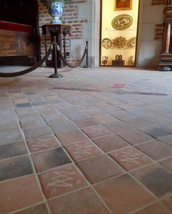 Château du Clos Lucé_ sul pavimento il simbolo di Margherita di Vlalois con una M e una V intrecciate