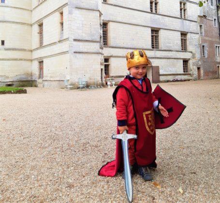 Chateau-de-lIslette_a-Azay-le-Rideau_-bambino-vestito-da-cavaliere