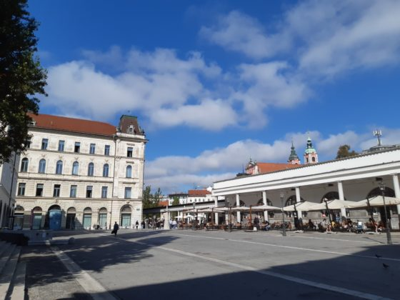 Ljubljana_Mercato centrale lungo i fiume progettato da Plečnik_ prospettiva