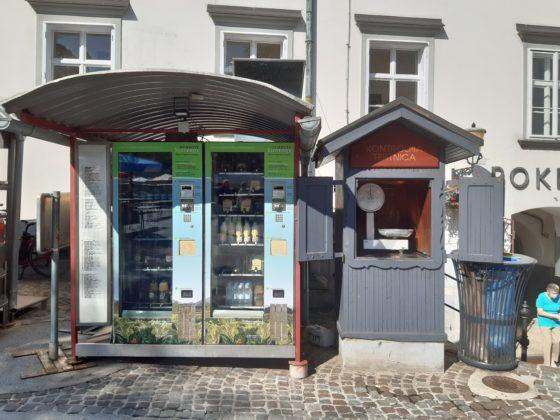 Ljubljana_Mercato centrale_ distributore del latte e bilancia pubblica per controllare iol peso della merce acquistata