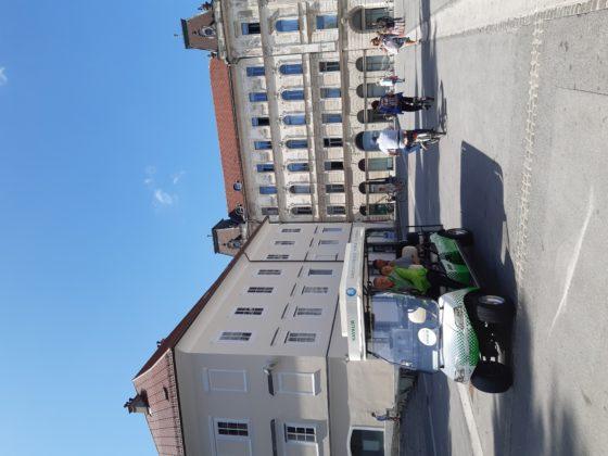 Ljubljana_mercato centrale_macchina elettrica gratuita messa a disposizione per chi acquista al mercato dalla piazza alla fermata dell'autobus