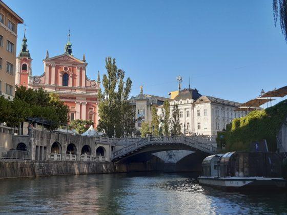 Lubiana_giro sul battello turistico_sullo sfondo, il Triplice Ponte_ Ph. Francesca Barbarancia ©Voicesearch.travel