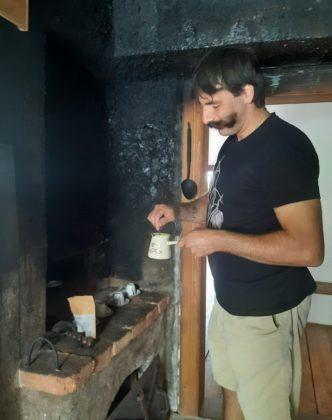 Vrhnika__story teller Damjan Debevec nei panni di Ivan Cankar e nella sua casa, ci prepara un caffe_Ph. Francesca Barbarancia ©Voicesearch.travel_